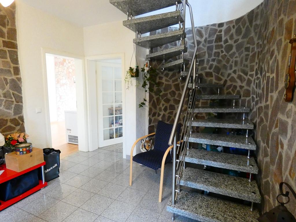 Treppenaufgang aus Marmorplatten und Edelstahl-Geländer