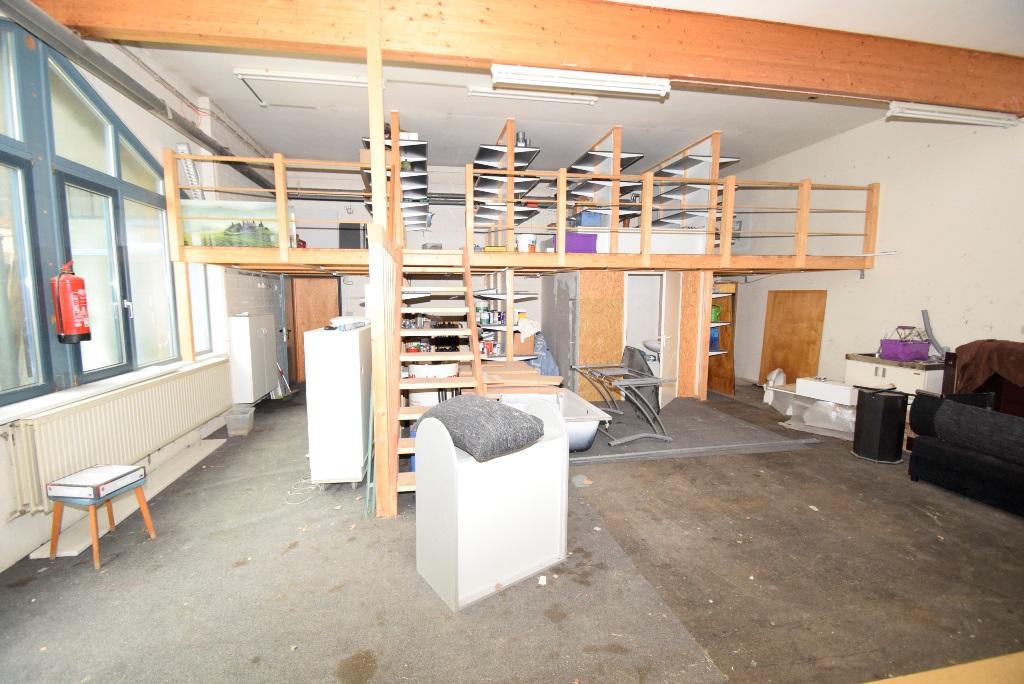 Holzempore für mehr Lagerfläche und Zugang zum Empfangsbereich