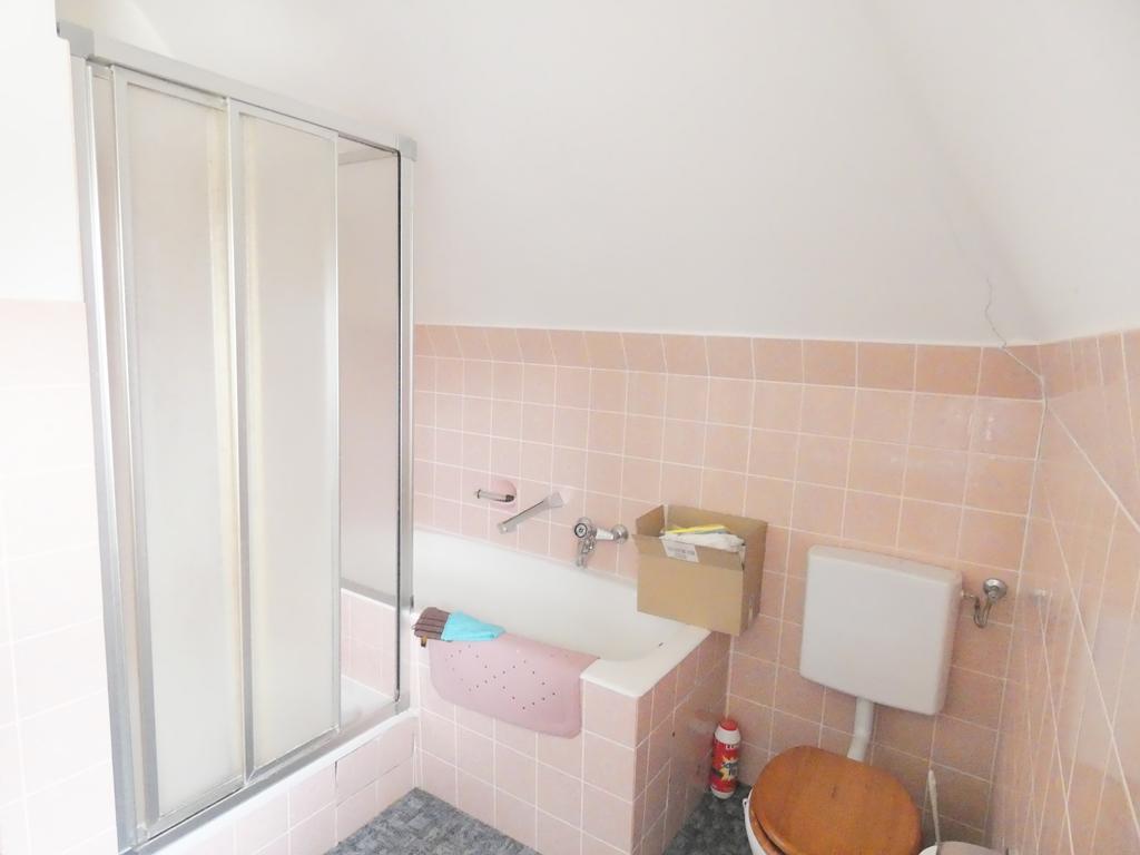 Badezimmer mit Wanne und separater Dusche