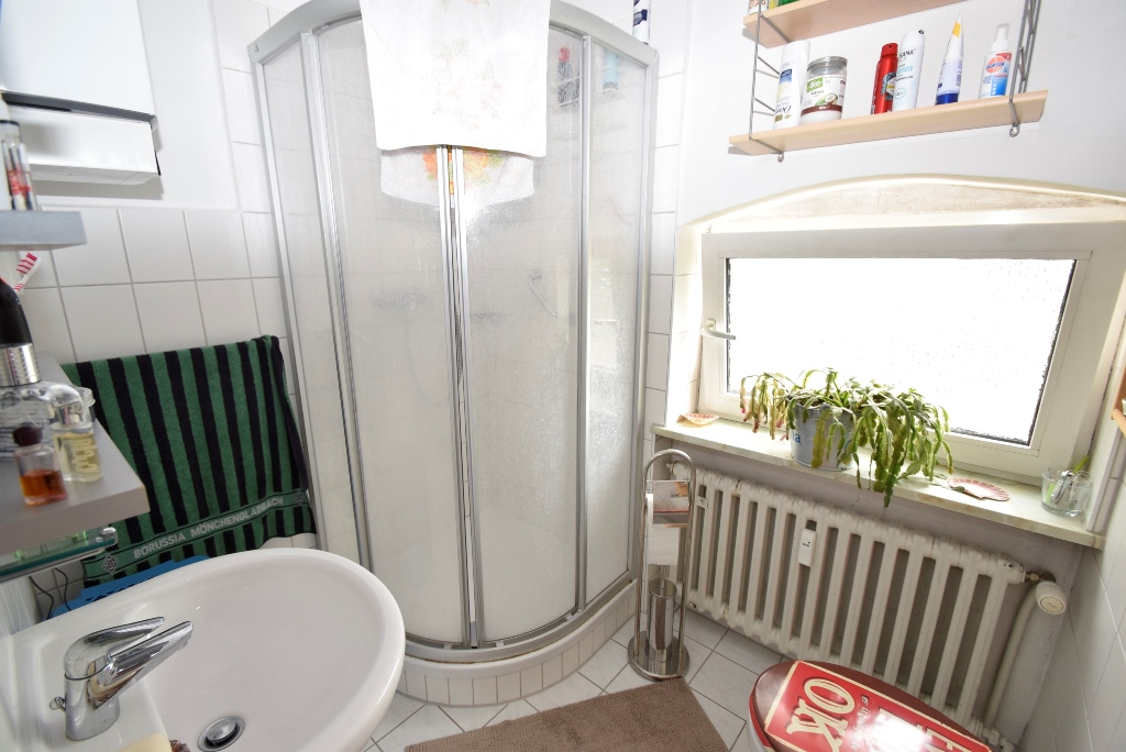Badezimmer mit Dusche im EG