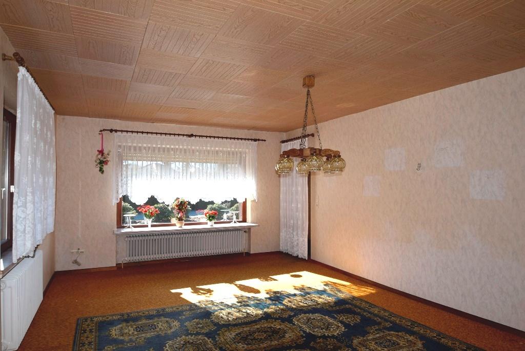 Wohnzimmer mit Terrassenzugang und elektrischem Rollladen