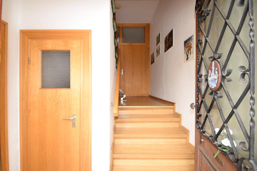 Blick in der Flur mit Treppenaufgang und Kellertür