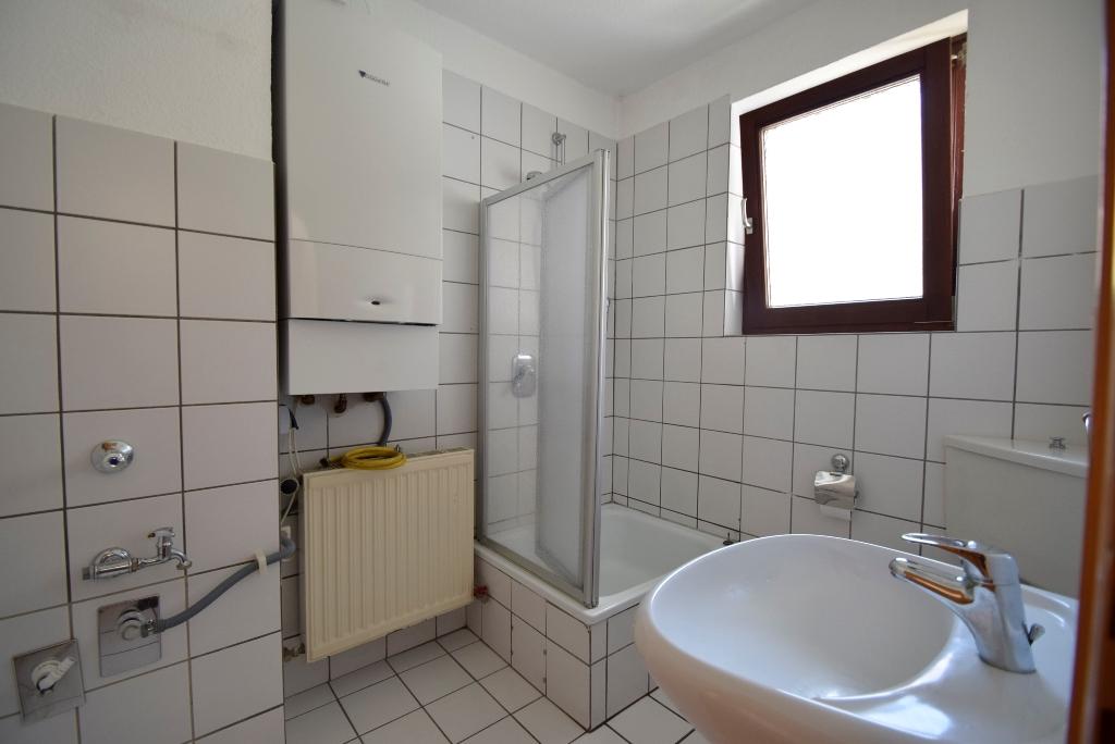 Bad mit Dusche, Fenster, Gastherme und Waschmaschinenanschluss