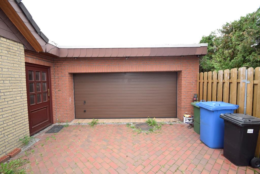28. Garage mit Sektionaltor