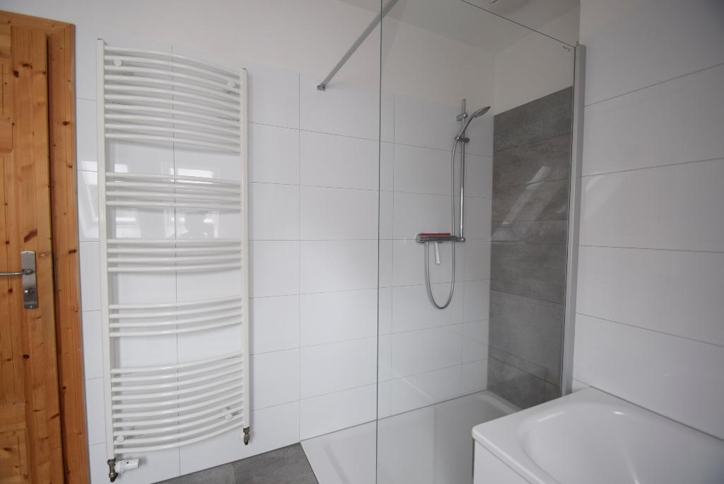 Handtuchheizkörper neben der Dusche
