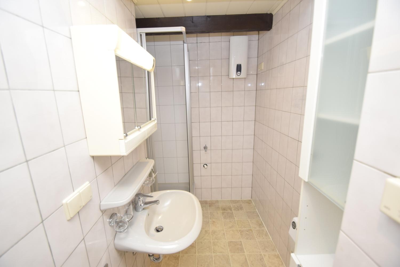Hell geflieste Badezimmer