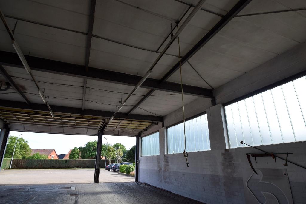 10. Strom und - Druckluftkabel von der Decke hängend
