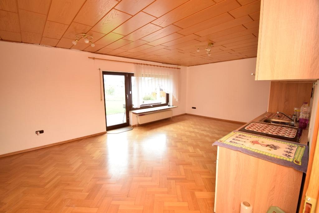 42. Wohnzimmer mit offener Küche in der Einliegerwohnung