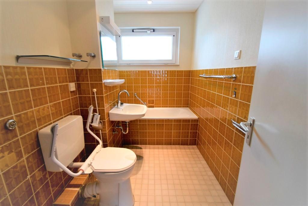 Badezimmer im OG mit Badewanne und elektr. zu öffnendem Kippfenster