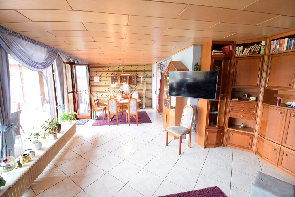 8. Wohnzimmer im EG mit Essbereich